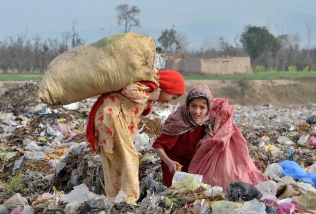 Estas niñas viven de lo que encuentran en la basura en las Zonas Tribales de Administración Federal, Pakistán. La ONU adoptará una nueva agenda de desarrollo que incluirá 17 Objetivos de Desarrollo Sostenible. Crédito: Ashfaq Yusufzai/IPS