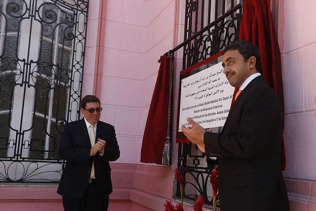 El ministro de Relaciones Exteriores de los Emiratos Árabes Unidos (EAU), jeque Abdulah bin Zayed al Nayhan, a la derecha, desvela una placa conmemorativa de la apertura oficial en La Habana de la nueva embajada de los EAU, en presencia del canciller de Cuba, Bruno Rodríguez. Crédito: Jorge Luis Baños/IPS