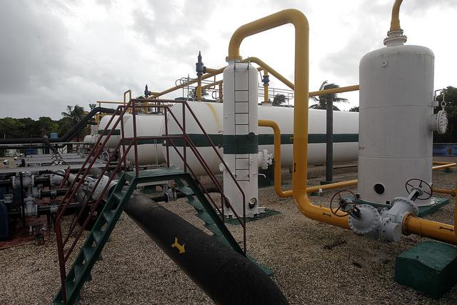 Instalaciones del Centro Colector 10 destinado a la extracción de petróleo, en el municipio Cardenas, en la provincia de Matanzas, en Cuba, que opera una de las filiales del grupo estatal  Unión Cuba Petróleo (Cupet). Crédito: Jorge Luis Baños/IPS
