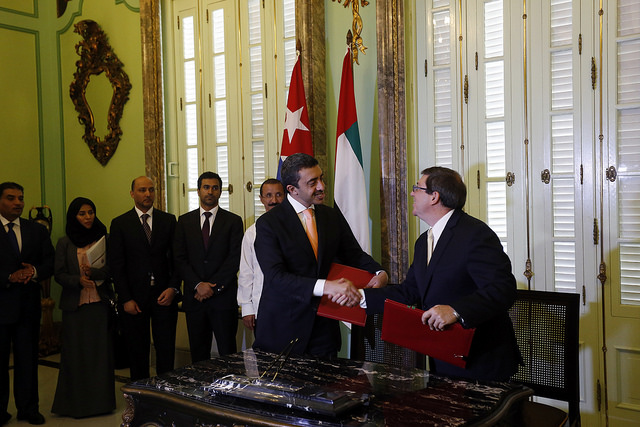 Los ministros de Relaciones Exteriores de Cuba y Emiratos Árabes Unidos, Bruno Rodríguez, a la derecha,  y jeque Abdulah bin Zayed al Nayhan, durante la ceremonia de la  firma de nuevos acuerdos bilaterales, en la sede de la cancillería en La Habana el 5 de octubre. Crédito: Jorge Luis Baños/IPS
