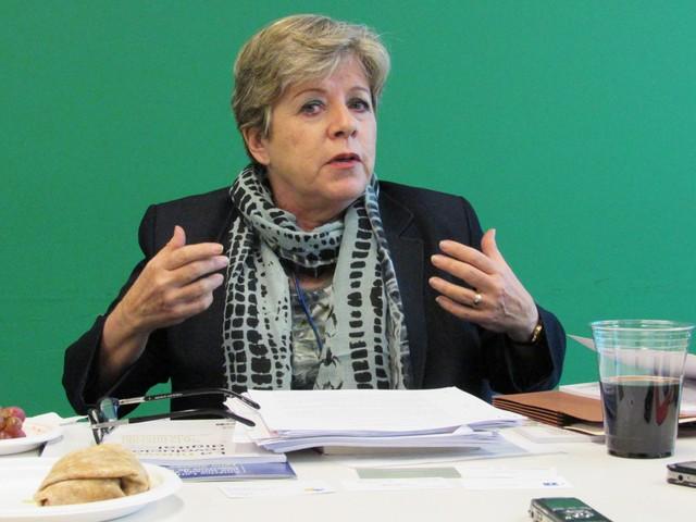 La secretaria ejecutiva de la Cepal, Alicia Bárcena, durante un encuentro con IPS y otros periodistas en la sede de las Naciones Unidas en Nueva York. Crédito: Fabíola Ortiz/IPS