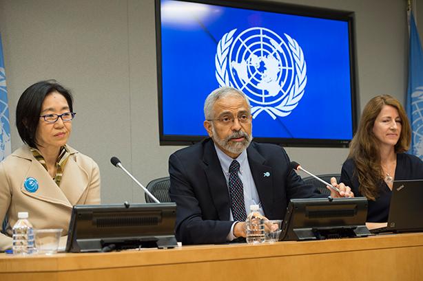 Conferencia de Prensa del documento Las mujeres en el Mundo 2015. Lenni Montiel (Centro), Subsecretario General adjunto de la ONU para Asuntos Económicos y Sociales. Crédito: ONU/Eskinder Debebe.