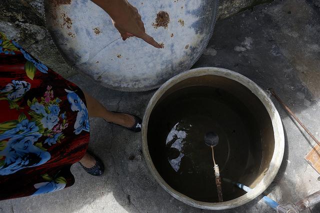 Una mujer muestra un pozo improvisado para la recolección de  agua potable, que han puesto en funcionamiento en el municipio de Santiago de las Vegas, en La Habana,  para paliar el desabastecimiento del recurso en la capital de Cuba. Crédito: Jorge Luis Baños/IPS