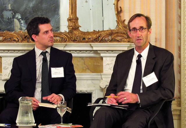 Guy Edwards, a la izquierda, y Timmons Roberts, durante la presentación de su libro sobre la fragmentación con que América Latina se presenta ante las cruciales negociaciones climáticas de París, en la sede del Consejo de las Américas, enNueva York. Crédito: Fabíola Ortiz/IPS