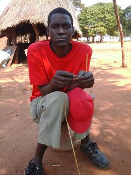 Felix Muchimba, de 48 años, frente a su casa en Zambia. Crédito: Friday Phiri / IPS