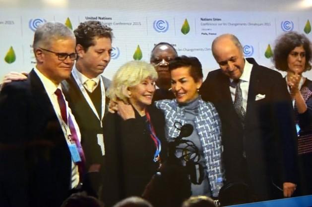 La secretaria ejecutiva de la CMNUCC, Christiana Figueres, y el presidente de la COP21, Laurent Fabius (tercera y segundo desde la derecha, respectivamente), celebran la adopción del Acuerdo de París. Crédito: Stella Paul / IPS