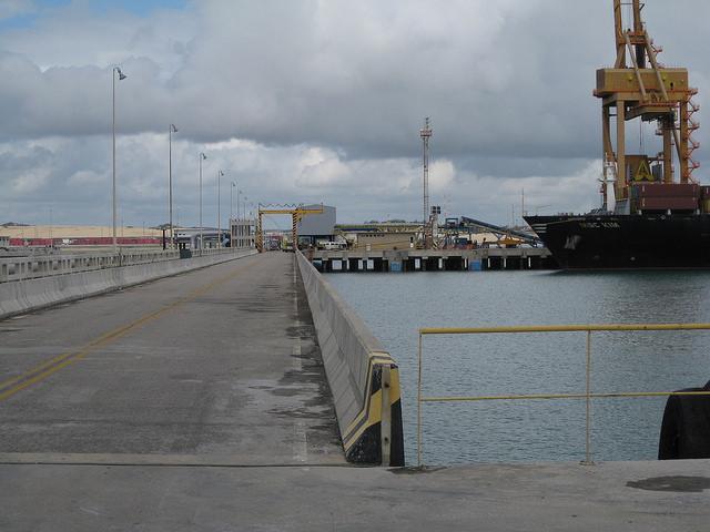 El puerto de Pecém, en el estado de Ceará, uno de los mayores complejos portuarios e industriales del norte de Brasil, perdió varios proyectos pautados en su plan original, debido a la crisis de la empresa petrolera estatal Petrobras y a la recesión económica. Crédito: Mario Osava/IPS