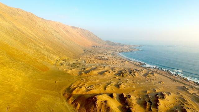 Vista aérea de la zona donde se emplazará el proyecto Espejo de Tarapacá, que producirá 300 megavatios de electricidad utilizando agua del mar y energía solar, en una innovadora central reversible y de generación continua, que se emplazará en el norte de Chile, en el desierto de Atacama. Crédito: Gentileza de Valhalla Energía
