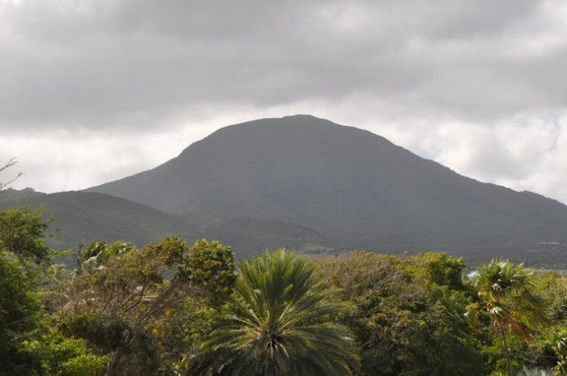 El monte Nieves se encuentra en el centro de la isla volcánica homónima, que tiene grandes reservas de energía geotérmica. Crédito: Desmond Brown / IPS