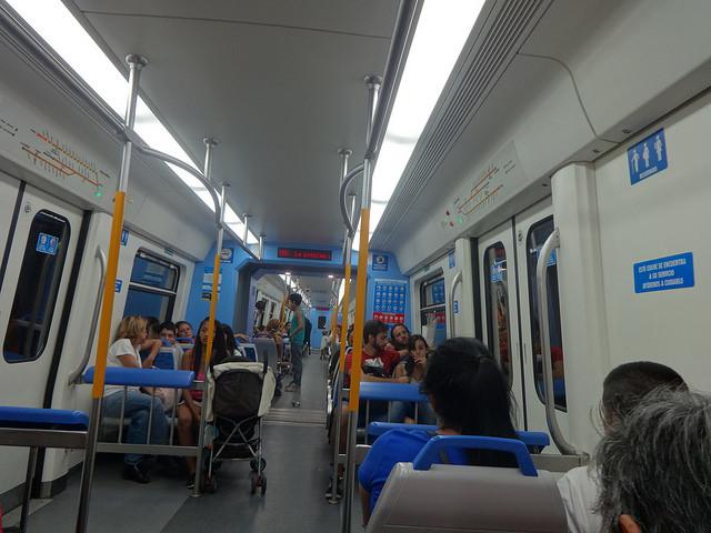 Interior de un vagón de una línea del tren interurbano de Buenos Aires, que conecta el barrio de Retiro  con Tigre, una localidad de la región metropolitana de la capital de Argentina. Estos vagones, de fabricación china, son parte de los acuerdos comerciales y de inversión de los dos países en el sector ferroviario. Crédito: Fabiana Frayssinet/IPS