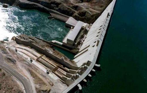 Recreación de una de las dos represas en construcción para el aprovechamiento del río Santa Cruz, en la sureña provincia del mismo nombre, en Argentina. El proyecto contempla una inversión de 5.000 millones de dólares, 85 por ciento financiados por China y fue adjudicado a un consorcio donde participa una empresa de la potencia asiática. Crédito: Represas Patagonia