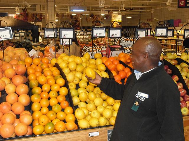 Los productores africanos, como los que cultivan estos limones en Sudáfrica, se beneficiarán con las iniciativas para promover el intercambio comercial entre los países de África. Crédito: Jonh Fraser/IPS