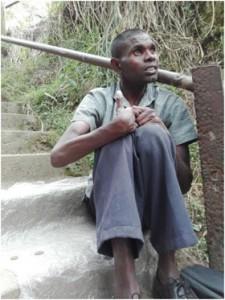 Rajendran, un mendigo de 24 años que trabaja en la estación de trenes de Talawakele, en Sri Lanka, ha rechazado las propuestas que recibió para vender uno de sus riñones. Crédito: Amantha Perera/IPS