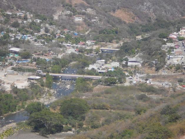 Parte del área del municipio rural de Chicoasén que inundará el embalse de la segunda represa que se construirá en la localidad, en el estado de Chiapas, en el sur de México. Buena parte de los campesinos de la localidad luchan contra la nueva central, por los alegados daños que provocó a sus tierras la planta hidroeléctrica Chicoasén I, construida 40 años atrás. Crédito: Emilio Godoy/IPS