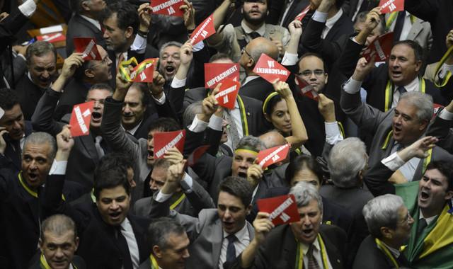 En un clima de algarabía, la Cámara de Diputados aprobó este jueves 17 la comisión que debe determinar si hay elementos para abrir un juicio de destitución a la presidenta de Brasil, Dilma Rousseff. Crédito: Fabio Rodrigues Pozzebom/ Agência Brasil
