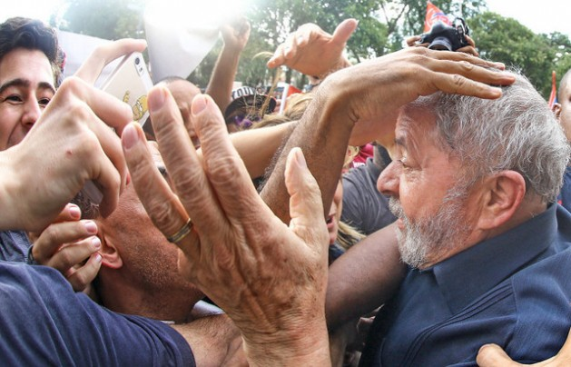 El expresidente Luiz Inácio Lula da Silva, a la derecha, vuelve a su residencia cerca de São Paulo, en medio del apoyo de sus seguidores, tras ser detenido para ser interrogado durante tres horas, por su presunta vinculación con el mayor escándalo de corrupción de la historia de Brasil. Crédito: Ricardo Stuckert/ Instituto Lula