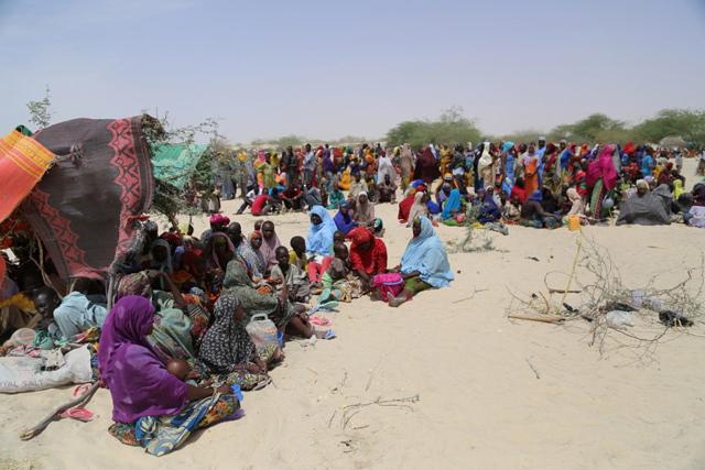Miles de personas se encuentran dispersas en las tierras áridas de Nguigimi, Níger, tras huir de la violencia de Boko Haram en Nigeria. Crédito: Vigno Hounkanli/ PMA Níger.