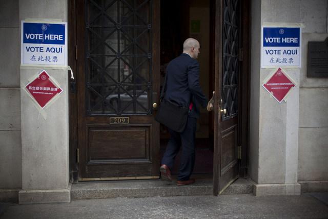 Entrada a un centro de votación en Nueva York, con carteles informativos en español y chino, además de en inglés. Crédito: Mónica González/Pie de Página