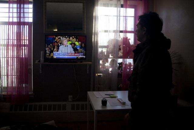 Un hombre observa una declaración de la aspirante demócrata, Hillary Clinton, en un televisor, en un pequeño local de un inmigrante latino, en Nueva York. Crédito: Mónica González/Pie de Página