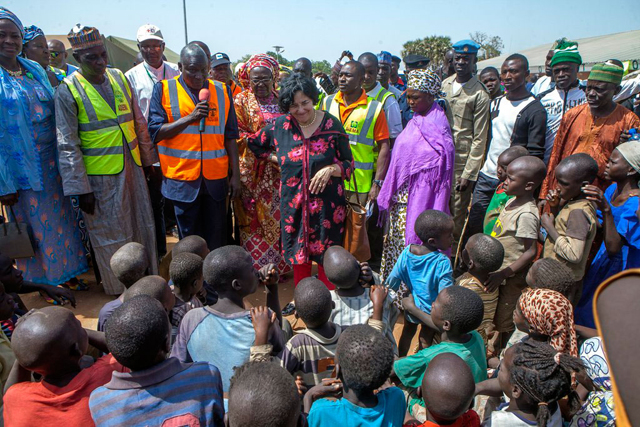 La representante especial del secretario general de la ONU para los niños y los conflictos armados Leila Zerrougui (centro), reunida con niños desplazados y sus familias en el noreste de Nigeria, en enero de 2015. Crédito: ONU.