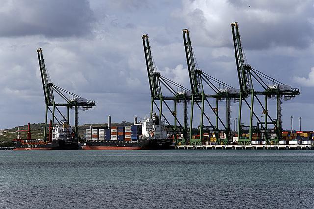 Vista de uno de los muelles de la Zona especial de Desarrollo de Mariel, una localidad portuaria situada a 45 kilómetros de La Habana, que Cuba aspira a convertir en un gran complejo logístico del Caribe. Crédito: Jorge Luis Baños/IPS