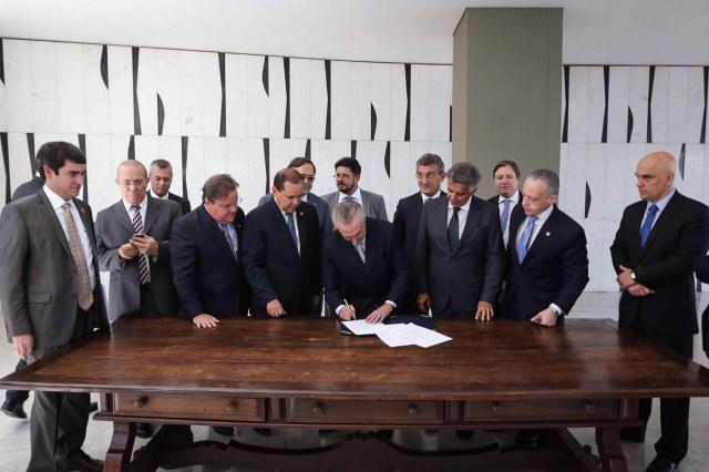 Michel Temer firma la notificación del Senado sobre la separación de Dilma Rousseff de sus funciones de mandataria, que lo convierte en presidente interino, el jueves 22 de mayo. Crédito: Marcos Corrêa/VPR
