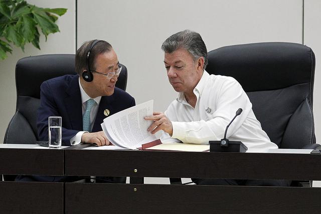 El secretario general de la ONU, Ban Ki-moon (izquierda) intercambia opiniones con el presidente de Colombia, Juan Manuel Santos, durante la ceremonia en la capital de Cuba, el 23 de junio, de la firma del acuerdo de cese al fuego definitivo entre el gobierno y la guerrilla de las FARC. Crédito: Jorge Luis Baños/IPS