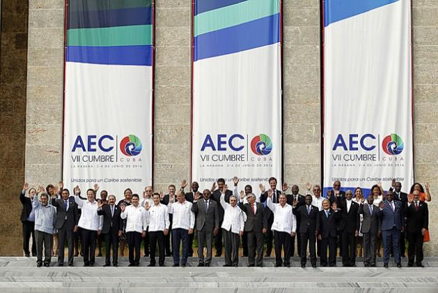 Foto de familia de la VII Cumbre de la Asociación de Estados del Caribe (AEC), clausurada en La Habana el sábado 4 de junio, en la que participaron 22 jefes de Estado o de gobierno de los 25 países que integran el grupo. Crédito: Jorge Luis Baños/IPS