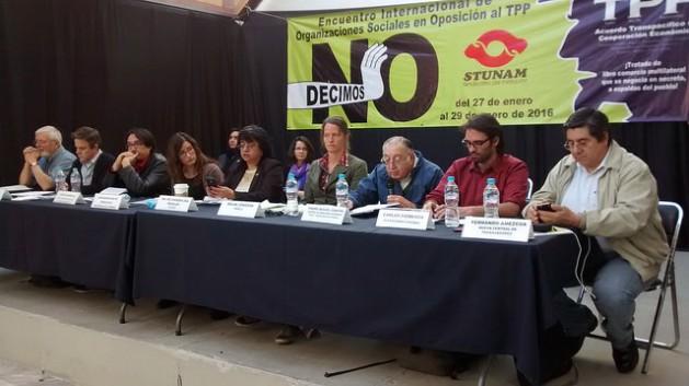 Activistas de Chile, México y Perú que se oponen al Acuerdo Transpacífico de Asociación (TPP), durante un encuentro en enero en la capital mexicana, que también contó con la participación de representantes de la sociedad civil de Canadá y Estados Unidos. Crédito: Emilio Godoy/IPS