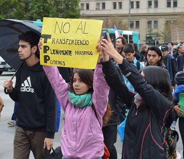 Una niña porta un cartel que juega con la sigla del Acuerdo Transpacífico, TPP, para rechazar la transferencia de poderes que representa el tratado, durante una manifestación en su contra en Santiago de Chile. Crédito: Cortesía de Chile mejor sin TPP