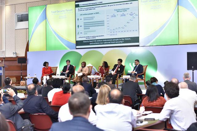 La directora general de IPS, Farhana Haque Rahman, moderó la mesa redonda de líderes dedicada al futuro de la alimentación. Crédito: Banco de Desarrollo Asiático.