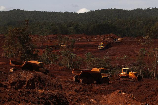 Equipos pesados extraen níquel de una de las minas situadas en el municipio de Moa, en el oriente de Cuba. El mineral es el principal producto de exportación del país y la segunda o tercera fuente de ingresos de divisas. Crédito: Jorge Luis Baños/IPS