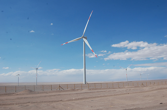 Molinos de viento en Calama, en el desierto de Atacama, en el norte de Chile. El país  posee un alto potencial en energías renovables no convencionales, pero los proyectos para su desarrollo podrían afectarse por la caída de los precios del cobre, fuente de su financiamiento. Crédito: Marianela Jarroud/IPS