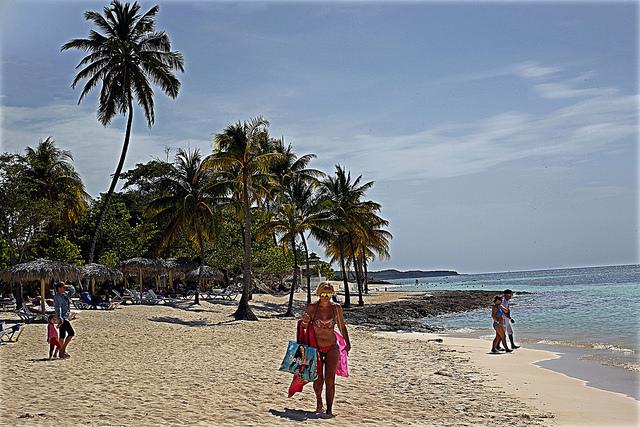 Turistas disfrutan en una playa del polo turístico de Guardalavaca, en la provincia de Holguín. Las divisas provenientes del turismo son uno de los instrumentos con que cuenta Cuba para paliar los efectos de la crisis de su economía. Crédito: Jorge Luis Baños/IPS