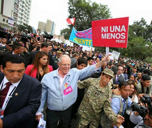 El presidente Pedro Pablo Kuczynski durante su participación en parte del recorrido de la marcha contra la violencia hacia las mujeres en Perú, donde solo en el primer semestre de 2016 hubo 54 feminicidios y 118 intentos frustrados en el país. Crédito: Presidencia de Perú