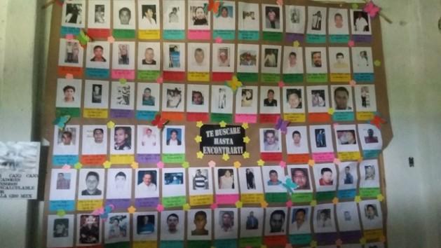 Los carteles con imágenes colectivas de desaparecidos que se buscan se están volviendo comunes en México, como este en una iglesia de Iguala, en el estado de Guerrero, en el suroeste del país. Crédito: Daniela Pastrana/IPS