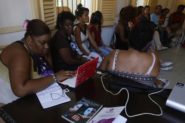 Participantes en la última edición de la tertulia Reyita, un encuentro trimestral de la red feminista Afrocubanas, realizado en julio en la Casa Memorial Salvador Allende, en La Habana, en Cuba. Crédito: Jorge Luis Baños/IPS