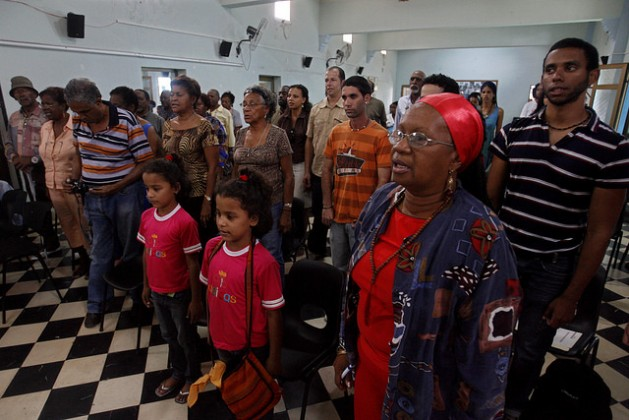 Personas afrodescendientes y no entonan juntas el himno nacional durante un acto organizado por la Cofradía de la Negritud a favor de la eliminación de la discriminación racial, en la capital de Cuba. Crédito: Jorge Luis Baños/IPS
