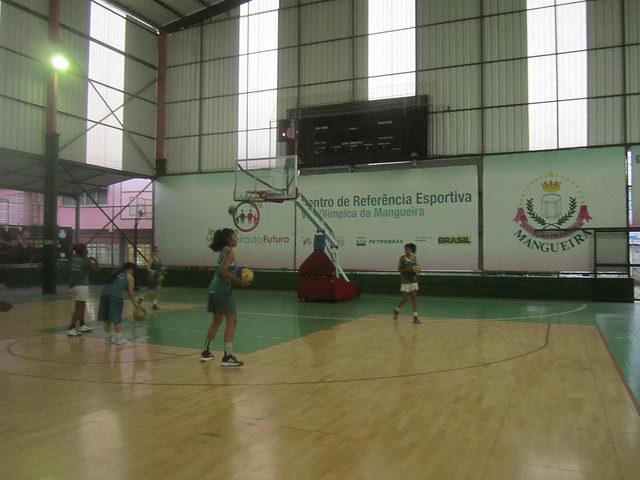 Jugadoras adolescentes de baloncesto entrenan en la Villa Olímpica de Mangueira, un centro deportivo de la alcaldía de Río de Janeiro para la población pobre y vulnerable de esa 'favela', muy cercana a las instalaciones donde se celebran los Juegos Olímpicos. Crédito: Mario Osava/IPS