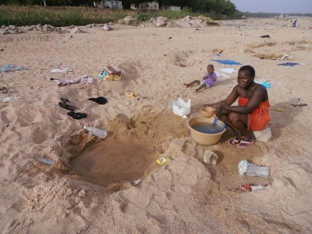 Lara Adama hace un pozo para buscar agua en el lecho seco de un río en Dumai, en el norte de Camerún. Monde Kingsley Nfor/IPS.