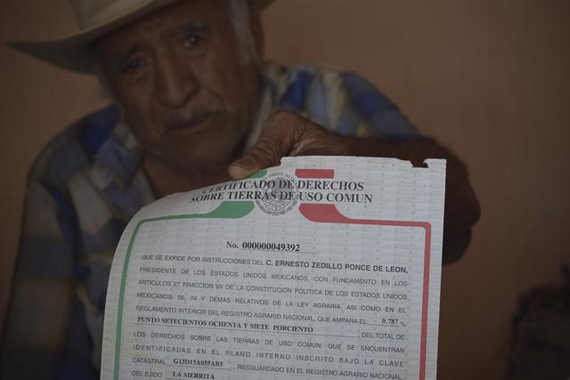 Don Cuco, uno de los fundadores del ejido de La Sierrita, muestra el documento que establece la propiedad de las tierras donde se asienta la mina La Platosa a los pobladores de este territorio comunitario. Crédito: José Ignacio de Alba y Mónica González/Periodistas de A Pie