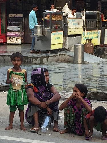Las trabajadoras pobres que trabajan como jornaleras en India no gozan de ningún beneficio por maternidad. Crédito: Neeta Lal/IPS.