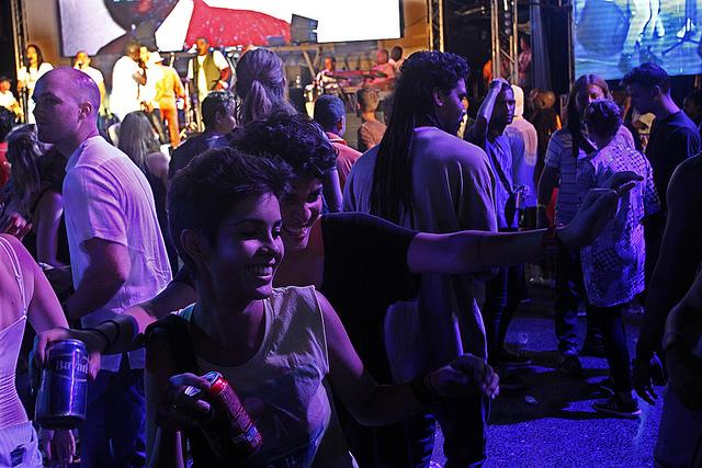 Dos jóvenes se divierten durante un festival en La Habana. El número de mujeres  que gozan de autonomía económica crece cada año en Cuba. Crédito: Jorge Luis Baños/IPS