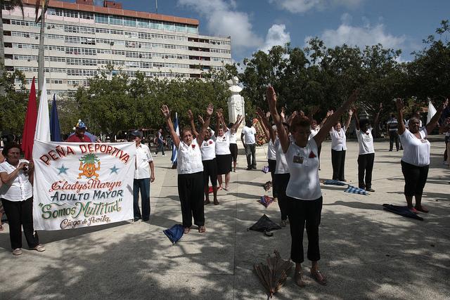 Integrantes de una peña deportiva del adulto mayor se ejercita en la ciudad de Ciego de Ávila, en Cuba, en el marco de unas jornadas contra la homofobia y la transfobia en el país, que se realizan anualmente. Crédito: Jorge Luis Baños/IPS