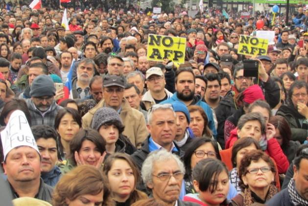 Participantes en la gran protesta en la capital de Chile contra el modelo privado jubilación impuesto en el país, bajo el dominio de las Administradoras de Fondos de Pensiones. Crédito: Cortesía de NO+AFP