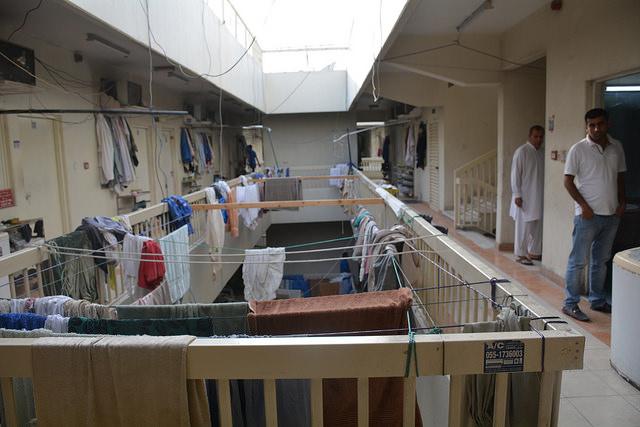 Un campamento de trabajo en Dubái. A los trabajadores se les asignan dormitorios según su nacionalidad, y llegan a haber hasta ocho personas por habitación. Crédito: S. Irfan Ahmed / IPS