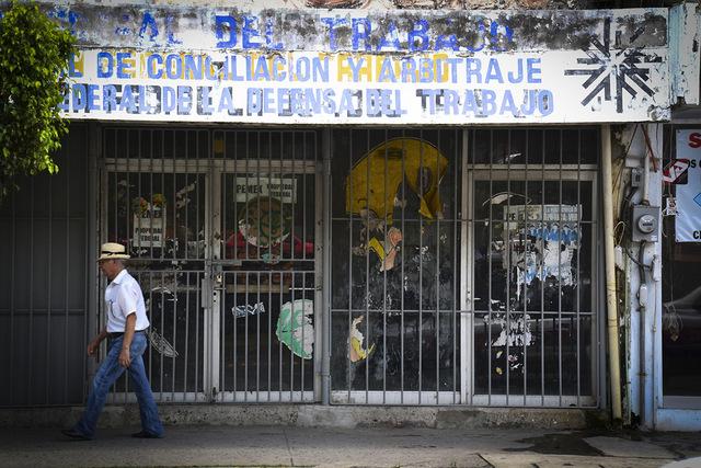 Cientos de negocios han echado el cierre en la ciudad de Poza Rica, la que fue la meca petrolera de México por muchas décadas. Crédito: Edgar Escamilla/Pie de Página