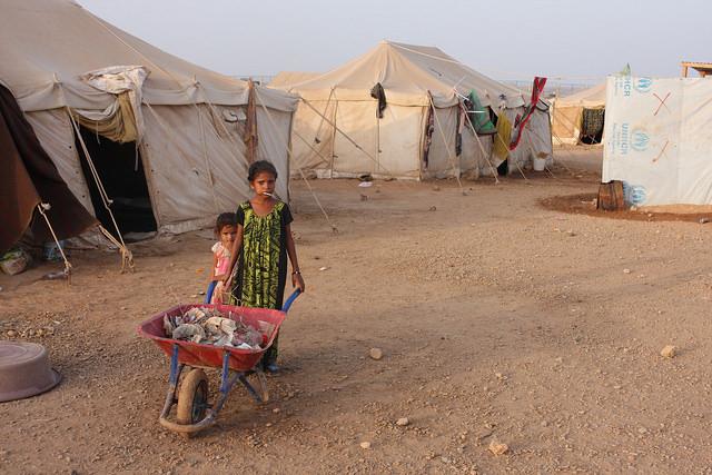 Refugiados de Yemen siguen atascados tras la frontera