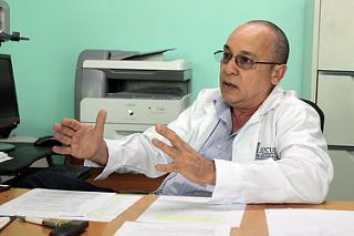Roberto Álvarez Fumero, jefe del Departamento Materno Infantil del Ministerio de Salud Pública, conversó con IPS, en la sede de la secretaría, en La Habana, Cuba, el 11 de octubre de 2016. Crédito: Jorge Luis Baños/IPS.