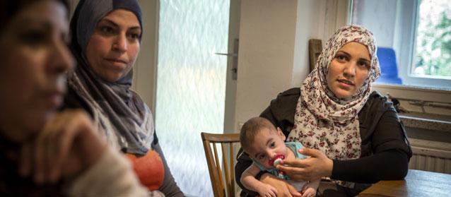Después de una odisea de tres meses para reunirse con su esposo, que incluyó dar a luz mellizos en un hospital de Serbia,  Fatima Jaluf (derecha) logró llegar a Alemania. Crédito: Gordon Welters/UNHCR.